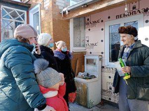 В канун Нового года юные волонтёры сделали свои подарки ветеранам и пожилым одиноким людям. Сделали открытки с сюрпризом и большие конфеты, внутрь которых положили настоящие конфеты. Поздравили 11 пожилых людей, исполнили для них новогодние песни.